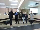 Vereador Fabiano Pires faz a entrega da placa a João Rocha, Gerente Socioeducativo da Fundação.