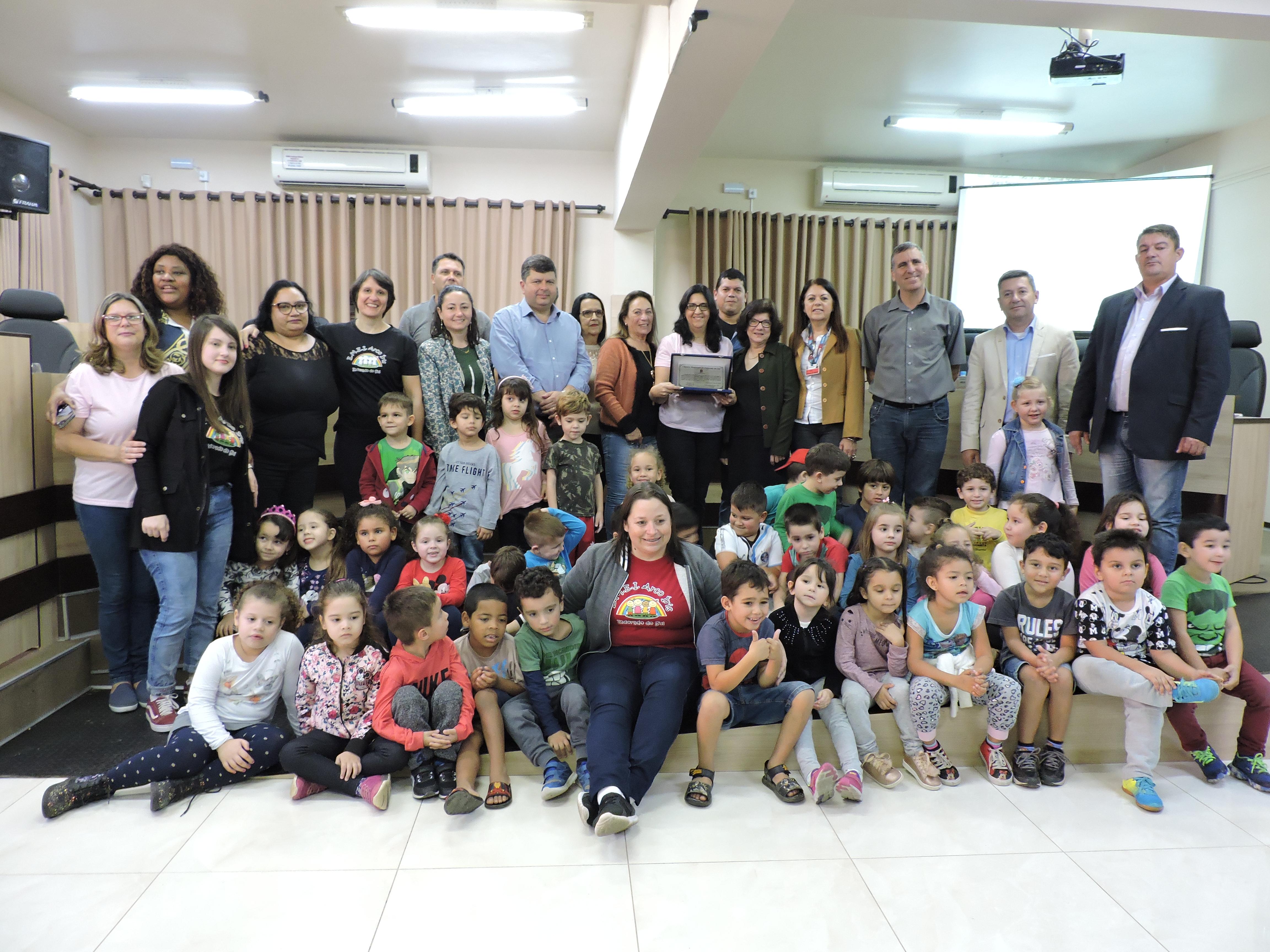 Legislativo entrega Moção Honrosa aos 30 anos da EMEI Arco Íris