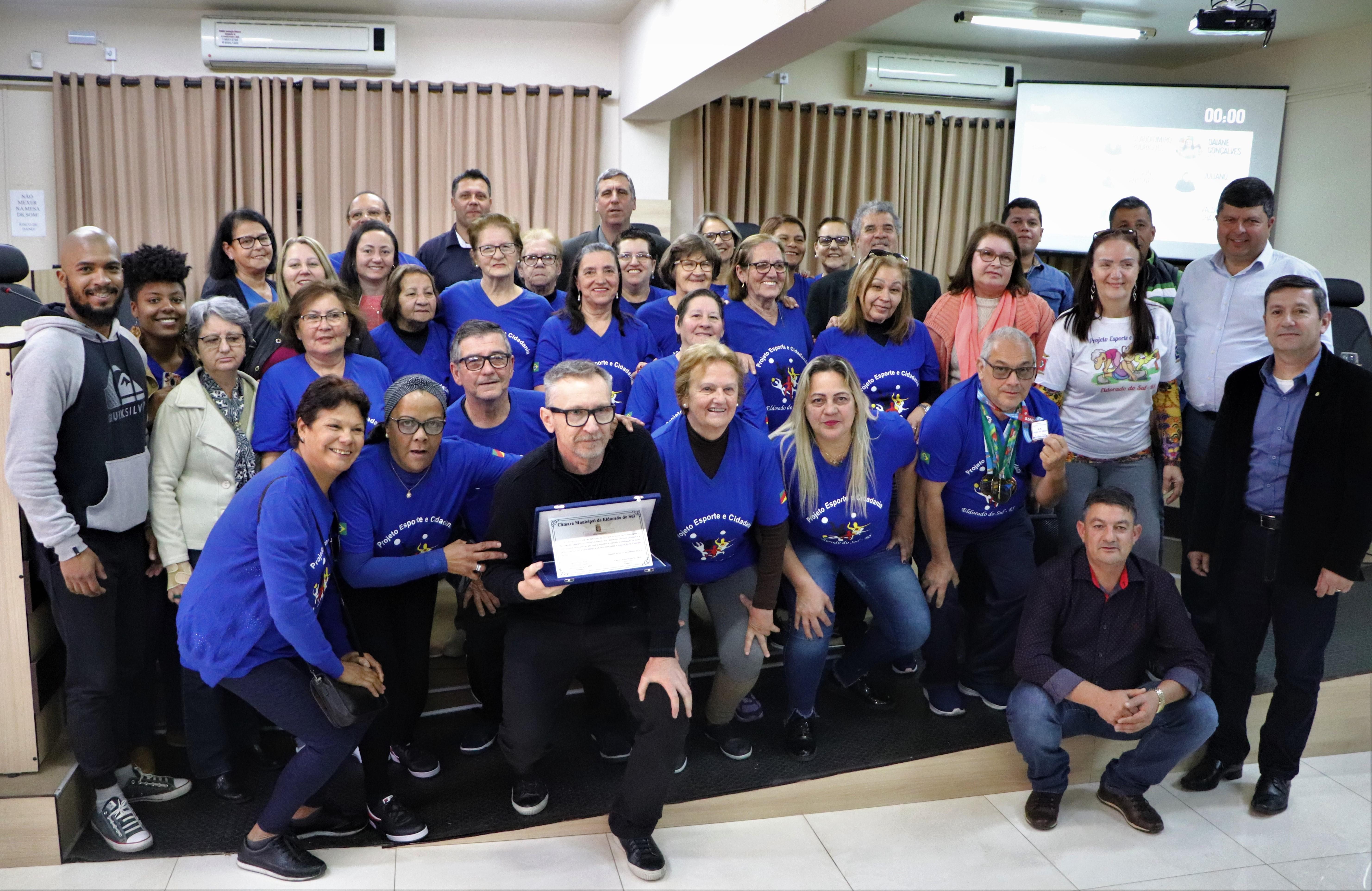Legislativo faz entrega de Moção Honrosa ao Professor Ivanês Caselani