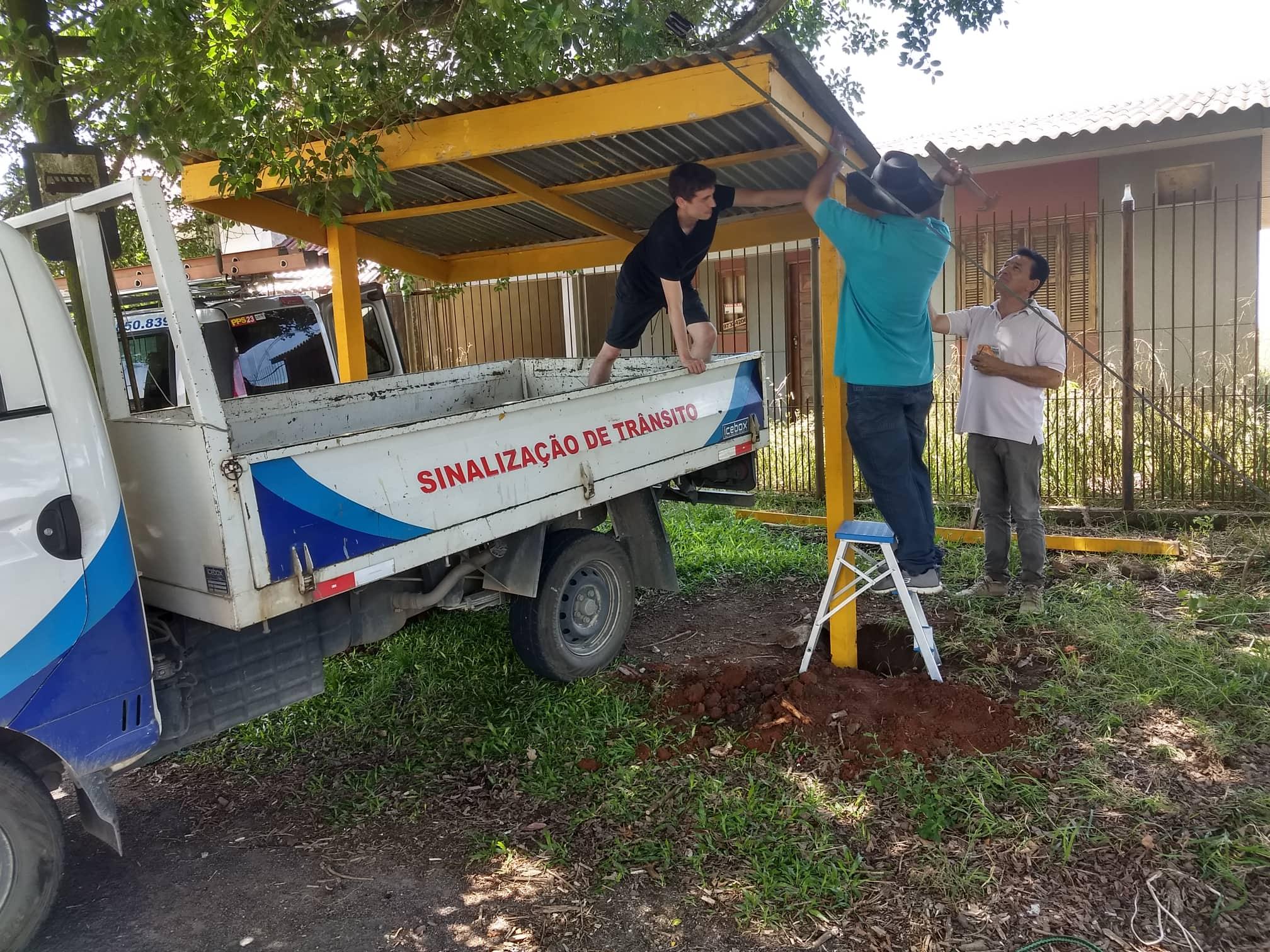 Vereador Manoel Eletricista faz reparos em abrigos de ônibus