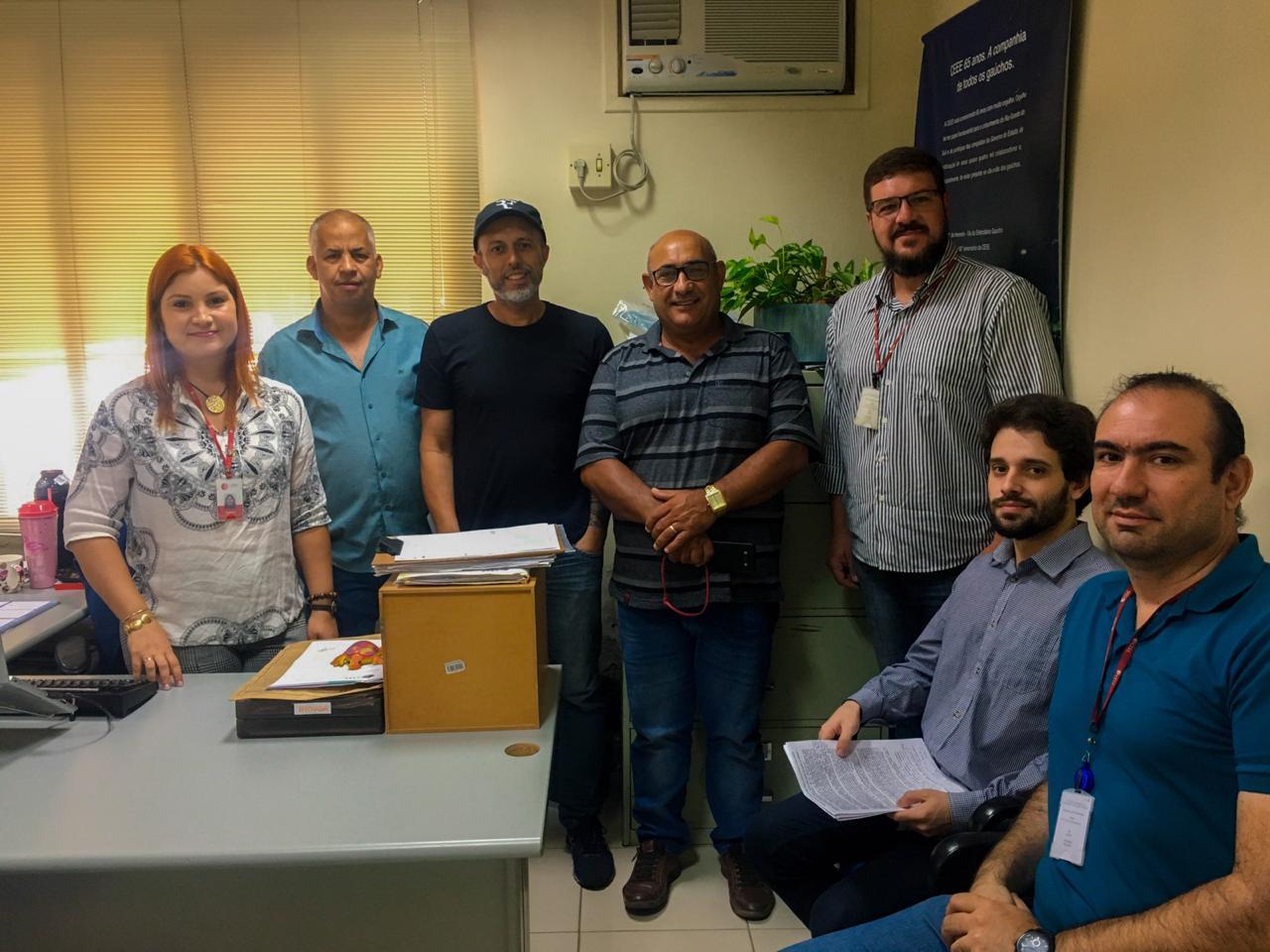Após reunião com a Comissão de Obras e Serviços Públicos e Ver. Everton da Academia (PTB), Divisão de Engenharia da CEEE iniciará fiscalização e retirada de fios desalinhados e em desuso em Guaíba.