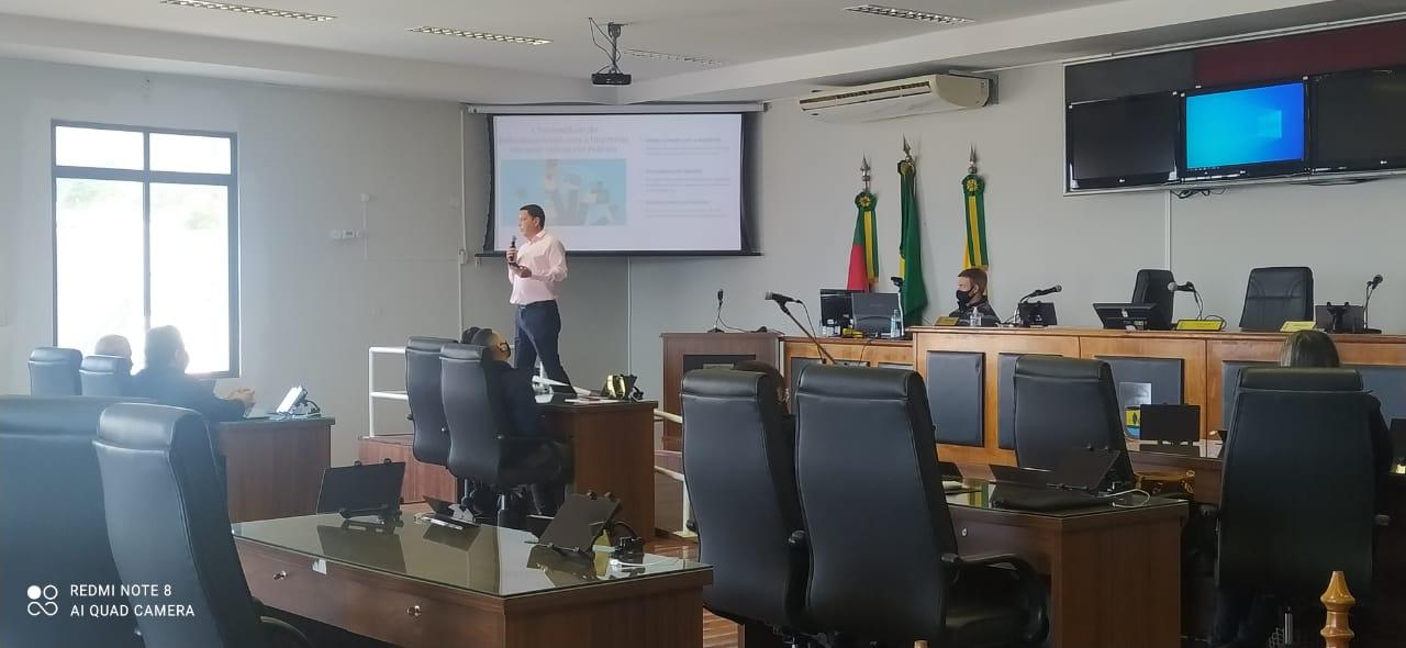 Escola do Legislativo – Jornalista Fabio Araujo apresenta atividade sobre Comunicação e Relacionamento com a Imprensa