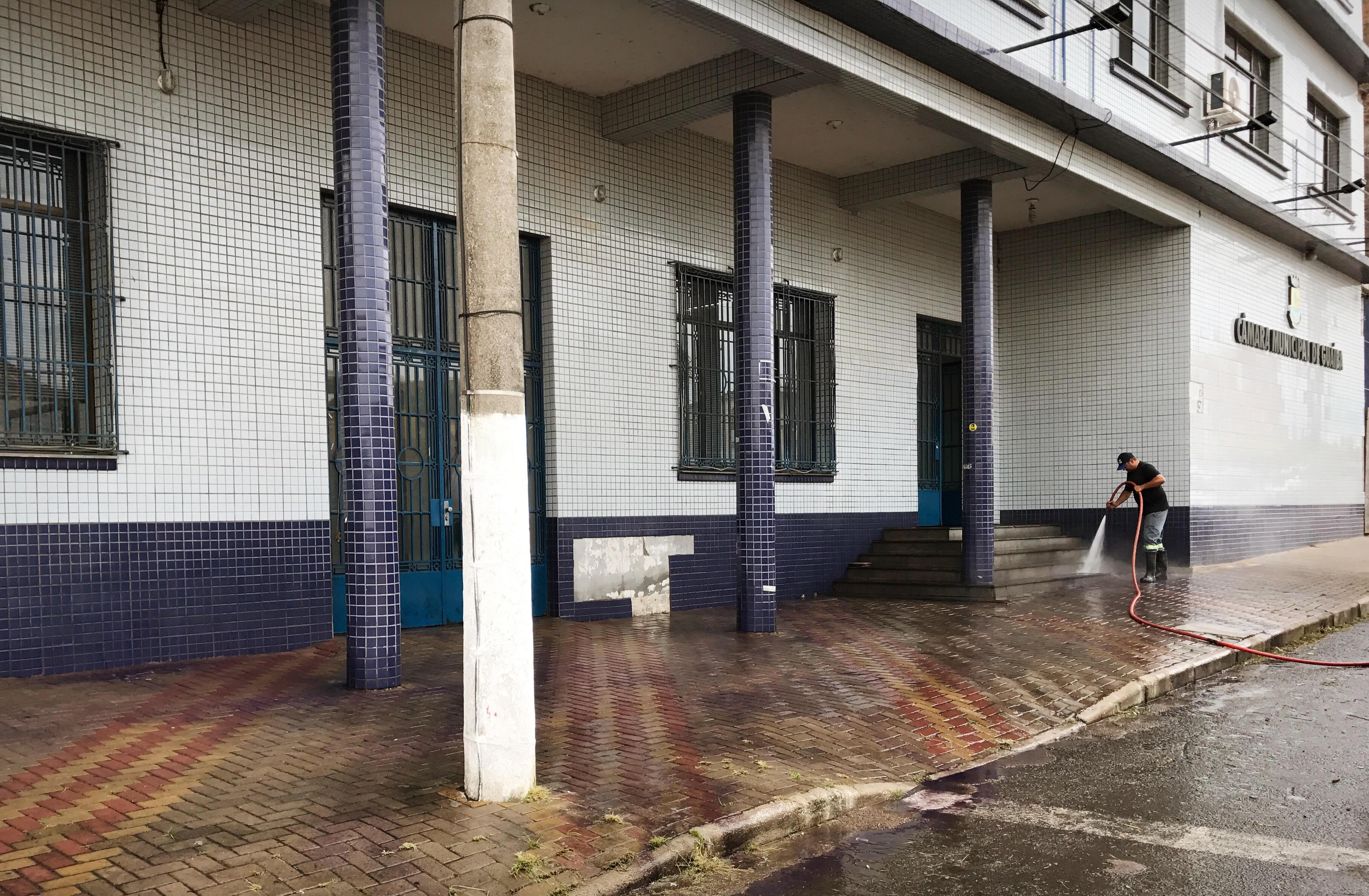 Iniciam os preparativos para instalação das grades de proteção na entrada da Câmara de Vereadores