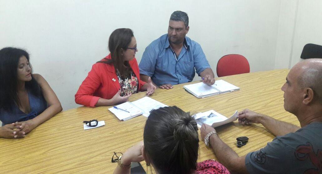 Vereadora Claudinha Jardim media reunião entre comunidade e Secretário de Obras