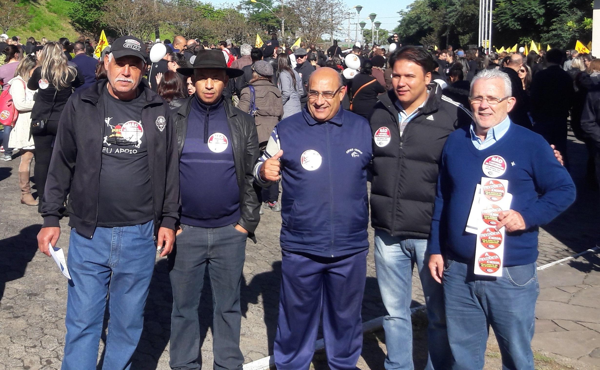 Vereadores participam da caminhada contra a reforma da previdência, em Guaíba