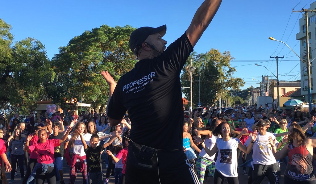 No Dia Internacional da Dança, Vereador Everton da Academia coordena aulão de ritmos na Praça