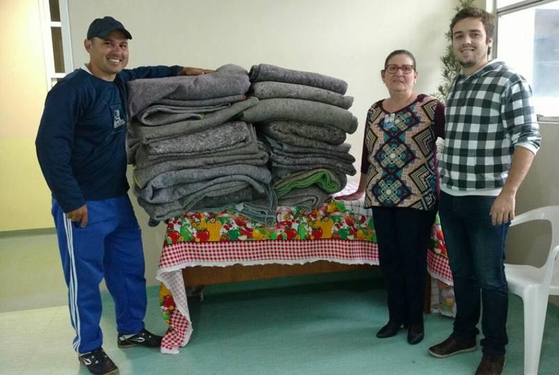 Vereador Ale Alves doa cobertores ao Hospital Regional