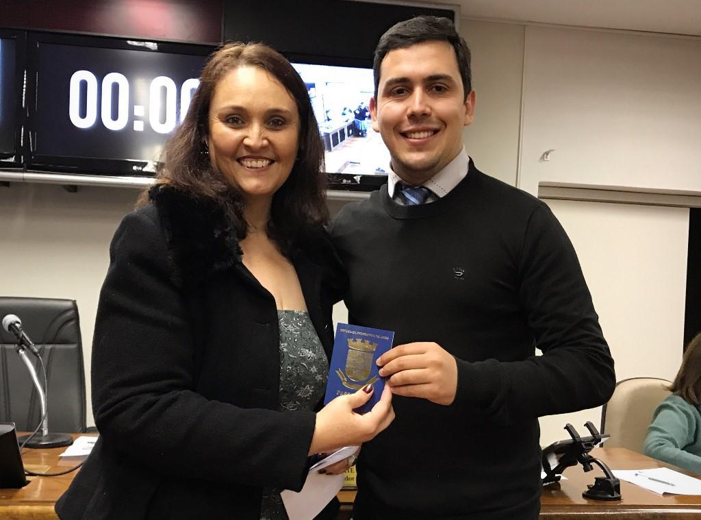 Presidente do Legislativo recebe da Secretária de Educação o passaporte do leitor