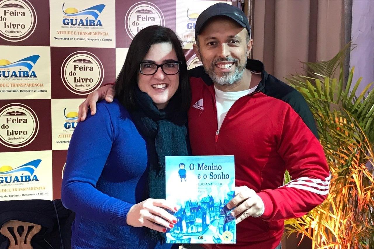Vereador Everton da Academia recebe livro autografado da escritora Luciana Bridi