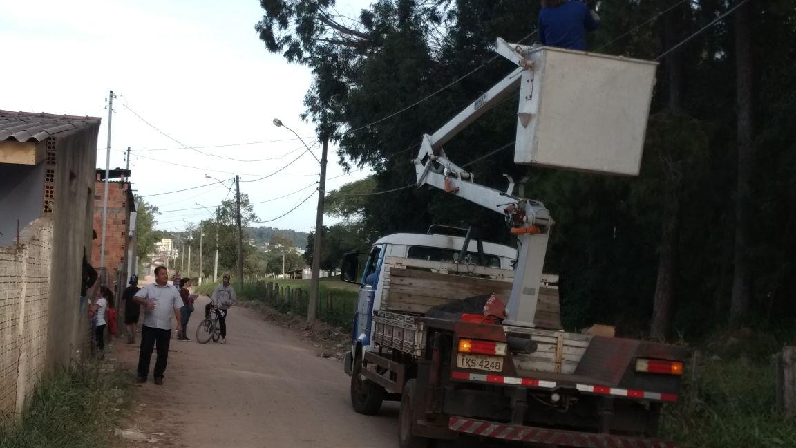 Vereador Nelson do Mercado acompanha o trabalho do setor de iluminação da Prefeitura no bairro Ipê