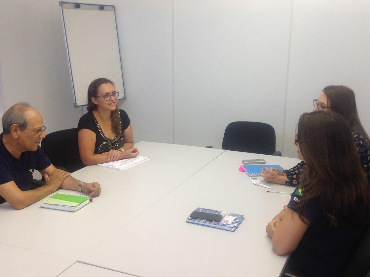 Vereadora Claudinha Jardim media reunião entre APAE e Thyssenkrupp Elevadores