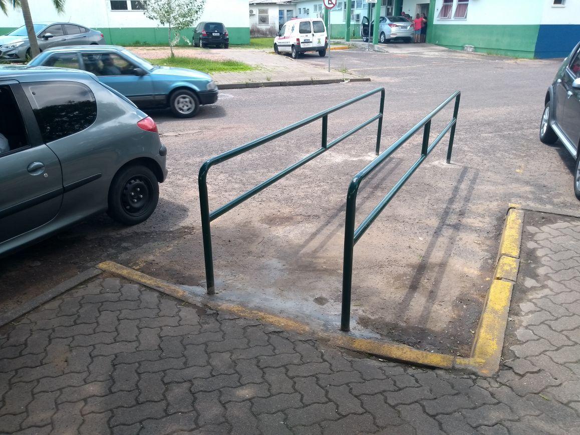 Rampa de acesso à farmácia do PA recebe gradil para impedir obstrução de carros e permitir livre acesso a cadeirantes