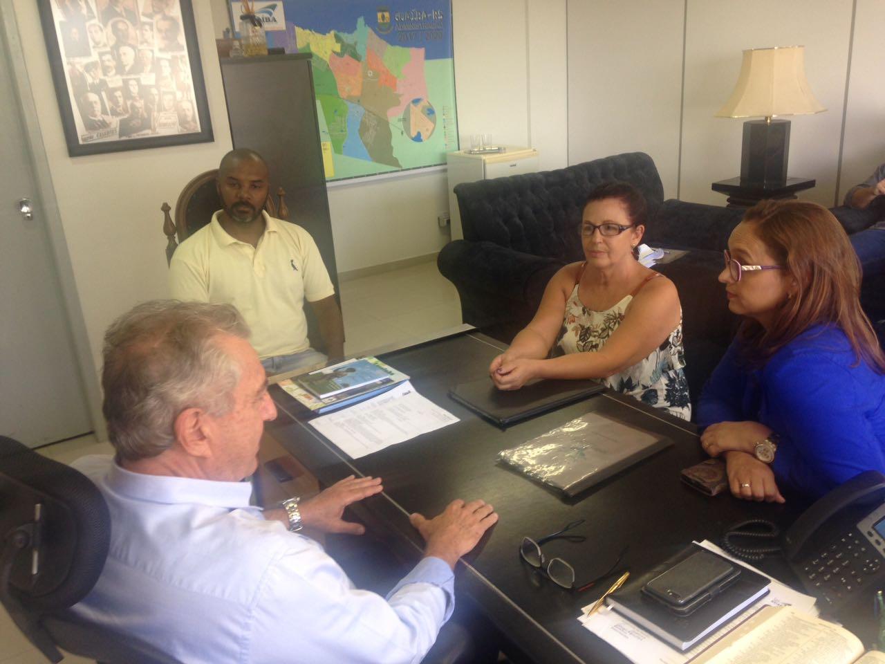 Professora Claudinha Jardim media reunião com prefeito José Sperotto