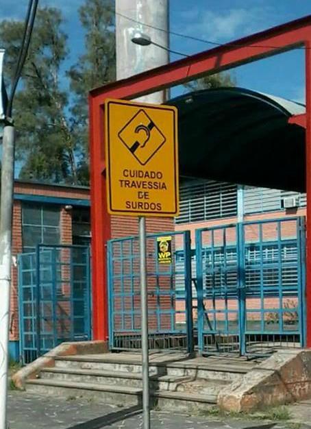 Sinalização para travessia de surdos é instalada em escola de Guaíba