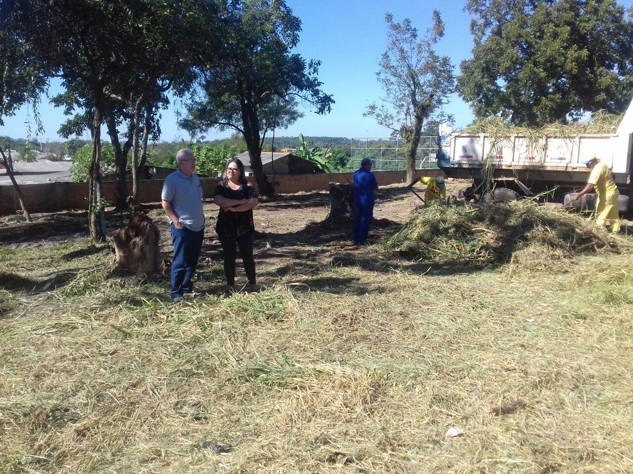 Vereador Bento do Bem acompanha limpeza na escola Izaura Ibanez Paiva
