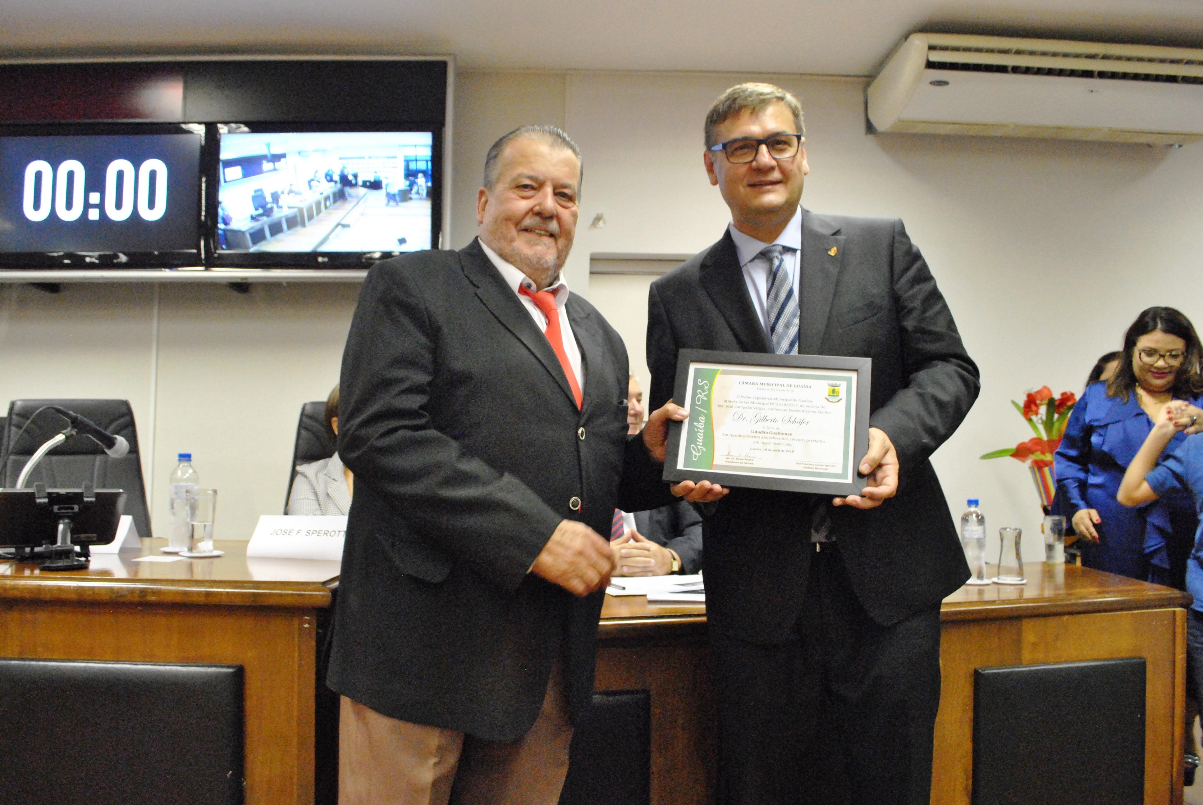 Vereador Campeão Vargas homenageia Dr. Gilberto Schäfer com título de Cidadão Guaibense