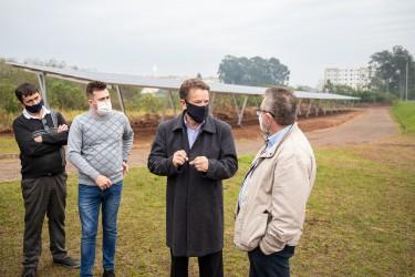 Vereador Rafa Souza vistoria o sistema  de energia fotovoltaica na ETE Feitoria