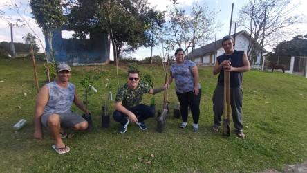 Falcão faz plantio de árvores em frente ao campo do Esporte Clube São Cristóvão