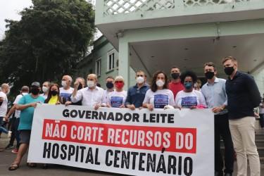 Abraço Simbólico ao Hospital Centenário reúne dezenas de pessoas contra os cortes do programa Assistir