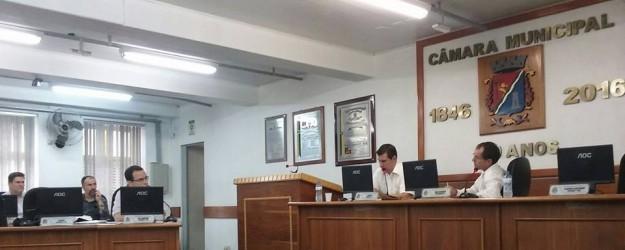 Vereador Dr. Carlos Szulcsewski interroga gerente financeiro do Semae