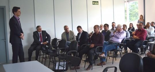 Vereador Rogério Brito aprecia apresentação de projeto entre Sesi e Senai