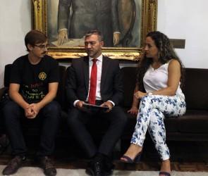 Ana Affonso entrega moção de repúdio contra a privatização de estatais gaúchas ao presidente da Assembleia Legislativa