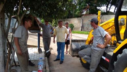 Ary Moura visita obra no Santa Tereza