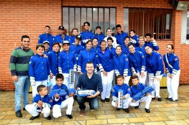 Arthur Schmidt doa instrumentos musicais à Escola Castro Alves