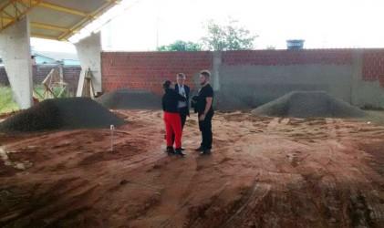 Dudu Moraes acompanha a retomada das obras da quadra poliesportiva, em visita à escola Paulo Beck