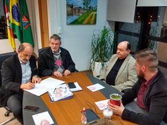 Dudu Moraes participa de ato de assinatura da renovação do convênio entre Semae e APAE - São Leopoldo