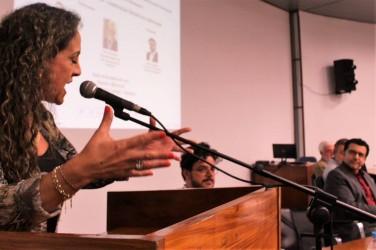 Ana Affonso manifesta solidariedade ao deputado Jeferson Fernandes durante atividade de Educação em Direitos Humanos, na Unisinos