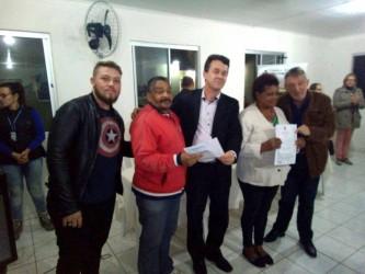 Dudu Moraes participa de entrega do contrato de compra e venda dos imóveis aos moradores do condomínio Santa Maria
