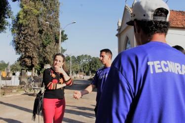Ana Affonso acompanha trabalho realizado pela empresa encarregada dos serviços de manutenção no Cemitério Municipal Cristo Rei