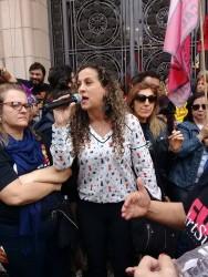 Ana Affonso manifesta apoio à greve dos professores durante ato em frente ao palácio Piratini