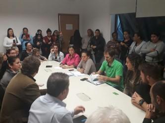 Iara Cardoso e Ary Moura participam de reunião com trabalhadoras e terceirizadas