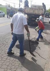 Iara Cardoso pede providência para tapar buracos no bairro Fião