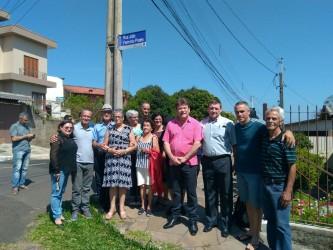 Comunidade comemora placa e inauguração de rua no bairro Santa Teresa