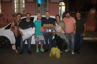 Arthur Schmidt entrega centenas de tampinhas para Associação Força Rosa