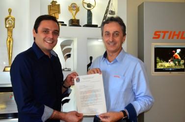 Nesta segunda o Vereador Marcelo Buz homenageia Arno Tomasini com o título de Cidadão Leopoldense