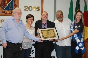 Vereador Castro homenageia Aimoré pelos seus 80 anos