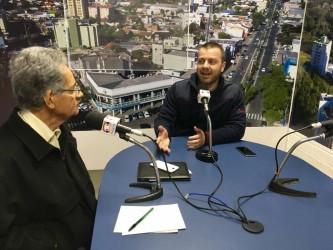 Arthur Schmidt visita escolas municipais para divulgar projeto