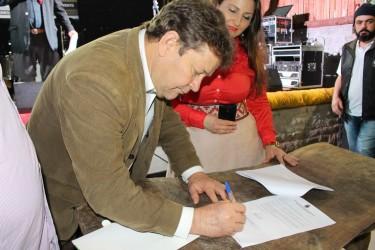Vereador Ary Moura participa de ato de assinatura de concessão