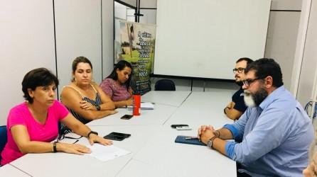 Vereadora Iara Cardoso apresenta projeto ao secretário de Segurança