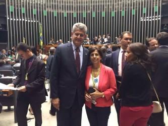 Iara Cardoso entrega documento a autoridades em Brasília