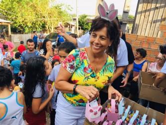 Gabinete na rua com entrega de cesta de Páscoa na Ocupação do Justo