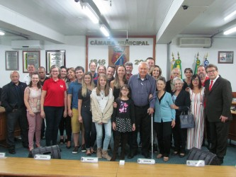 Ary Moura entrega título de cidadão leopoldense ao advogado Lauro Anschau