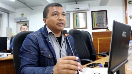 Escassez de vacina e vacinador é criticada pelo vereador Brasil Oliveira