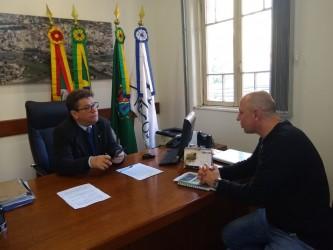 Presidente Ary Moura recebe visita de empresário que vai investir no município