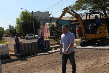 Vereador Juliano Maciel faz vistoria em obras de pavimentação e drenagem