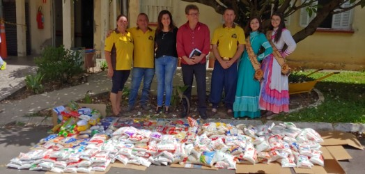 Ary Moura participa de entrega de alimentos com o DTG Leão da Serra